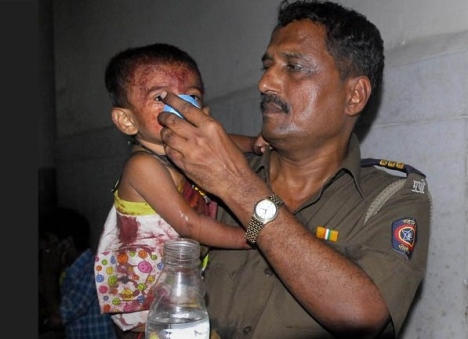mumbai-policeman-feeding-injured-child